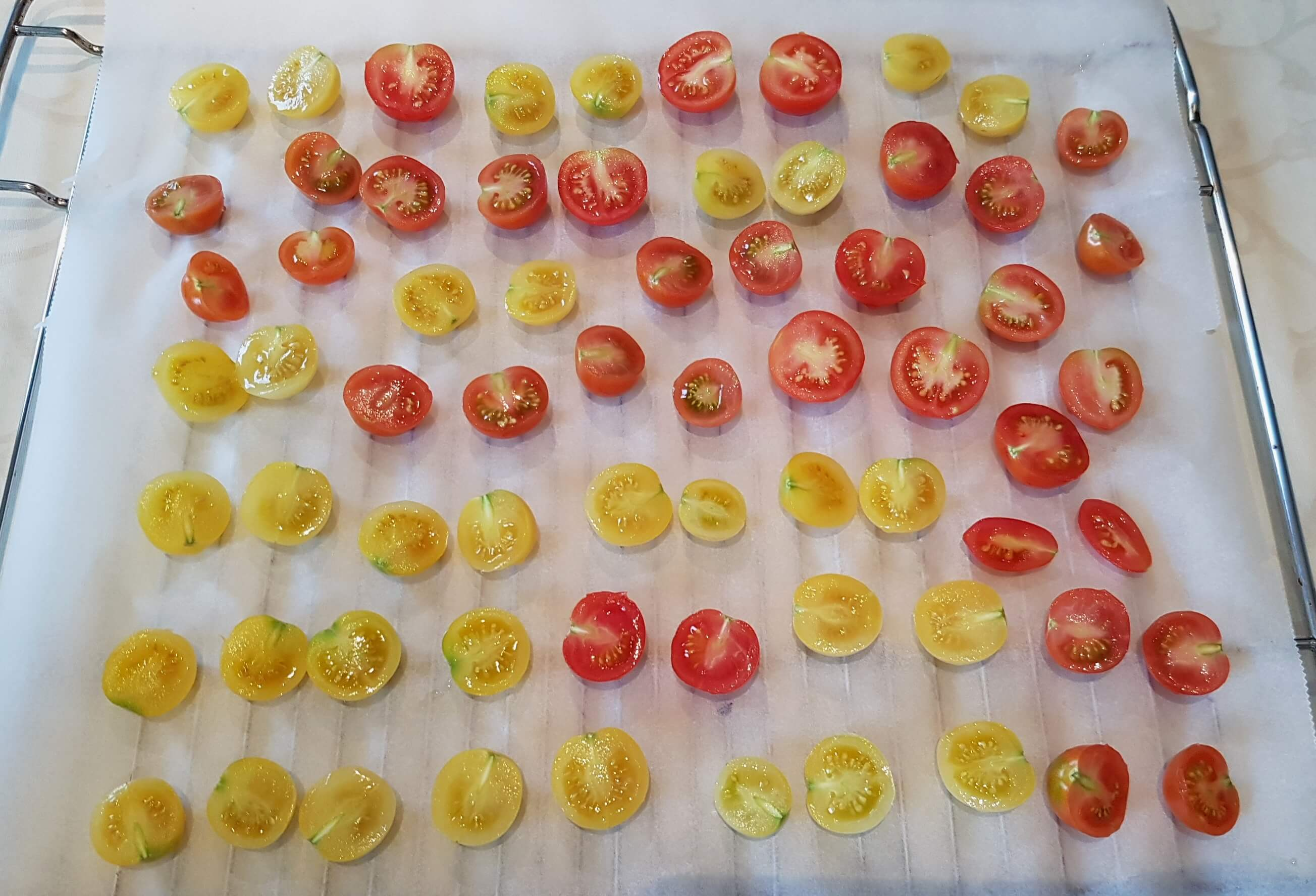 Tomaten auf Backpapier